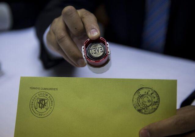 Yüksek Seçim Kurulu (YSK), basın mensuplarına yönelik olarak temsili sandık oluşturmak suretiyle oy verme, sayım ve döküm ile sandık başı iş ve işlemleri konusunda örnek uygulama gerçekleştirdi.