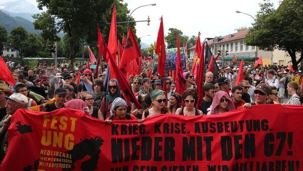 G7 zirvesi, küreselleşme karşıtı grupların katılımıyla düzenlenen yürüyüşle protesto edildi. - Sputnik Türkiye