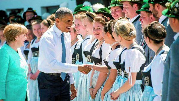 ABD Başkanı Barack Obama, Almanya'nın Krün şehrindeki Elmau Sarayı'nda düzenlenen G7 Liderler Zirvesi öncesinde Almanya Başbakanı Angela Merkel ile bir araya geldi. - Sputnik Türkiye