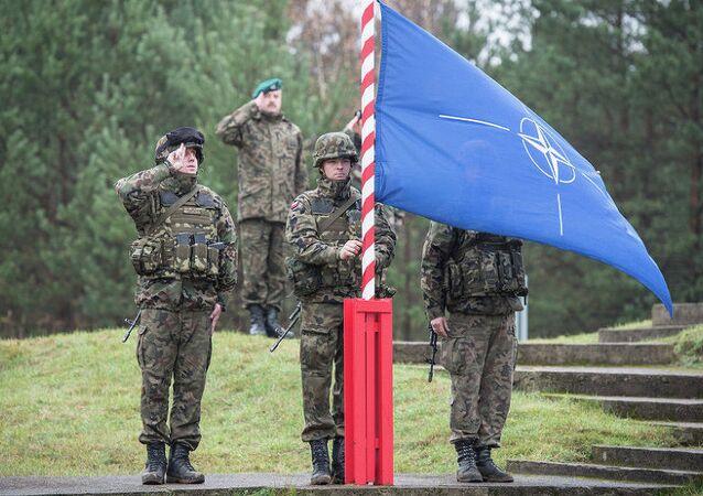 NATO bayrağı - Polonya