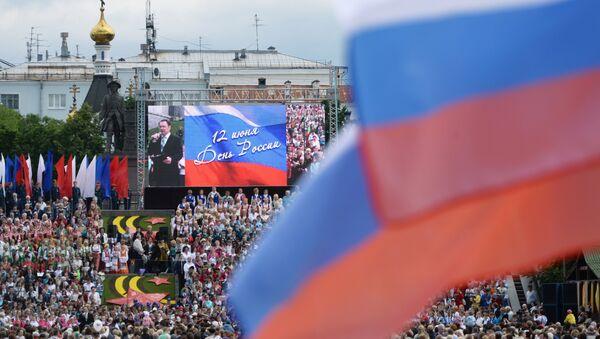 Kızıl Meydan'daki ve ülkedeki binler 'Kuruluşundan bugüne Rusya' isimli bin 300 sanatçının yer alacağı tarihi geçit törenini izleyebilecek. - Sputnik Türkiye