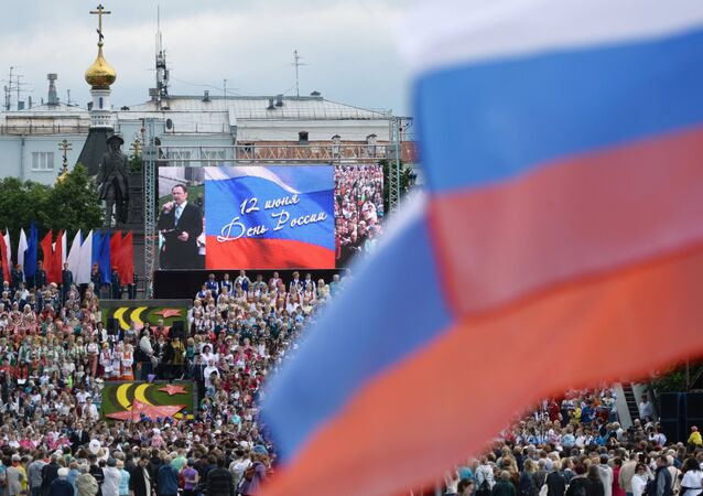 Kızıl Meydan'daki ve ülkedeki binler 'Kuruluşundan bugüne Rusya' isimli bin 300 sanatçının yer alacağı tarihi geçit törenini izleyebilecek.