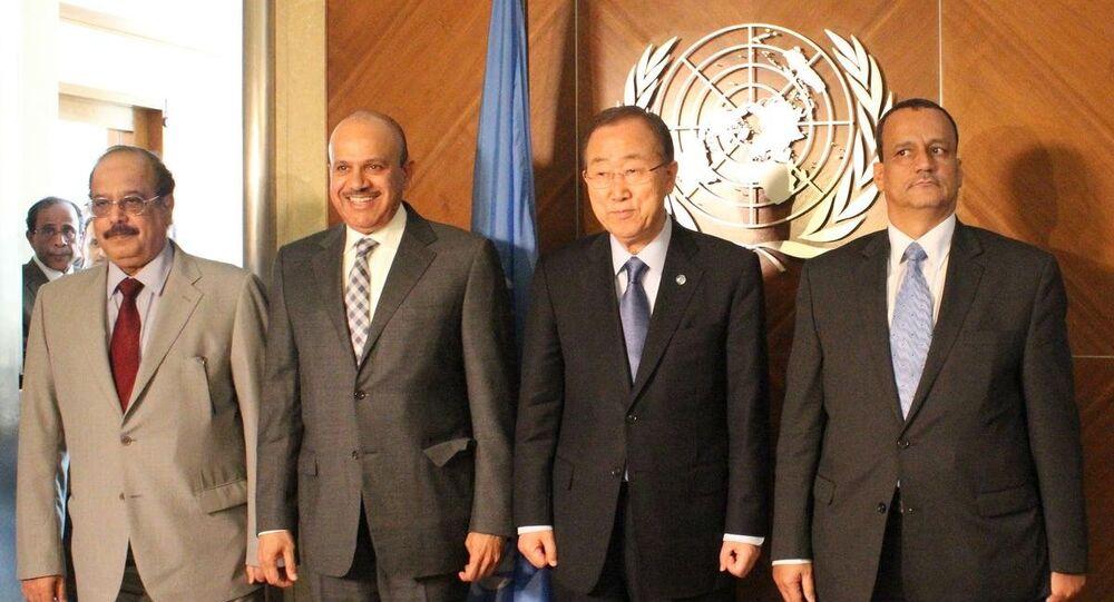 BM Genel Sekreteri Ban Ki-mun (sağ 2), yarın Cenevre'de başlayacak Yemen müzakereleri öncesinde Körfez İşbirliği Konseyi (KİK) Genel Sekreteri Abdullatif bin Raşid ez-Zeyani (Sol 2) ve BM'nin Yemen Özel Temsilcisi İsmail Veled Şeyh Ahmed (Sağda) ile BM Cenevre Ofisi'nde bir araya geldi.