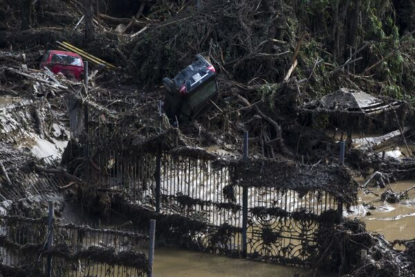 Tiflis'te meydana gelen selden zarar gören araçlar - Sputnik Türkiye
