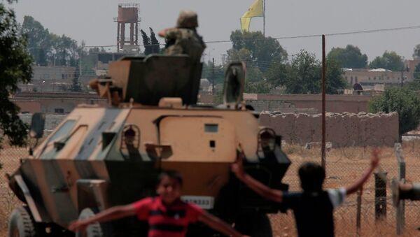 Tel Abyad'ın YPG kontrolüne geçmesinin ardından buradaki IŞİD bayrağı da indirildi. - Sputnik Türkiye
