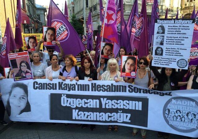 Kadın Cinayetlerini Durduracağız Platformu üyeleri, Cansu Kaya'nın öldürülmesini protesto etti.