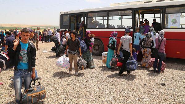 Yurtdışına gitmek için kamptan ayrılan Ezidiler - Sputnik Türkiye