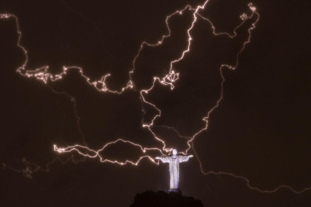 Молния над статуей Христа-Искупителя в Рио-де-Жанейро