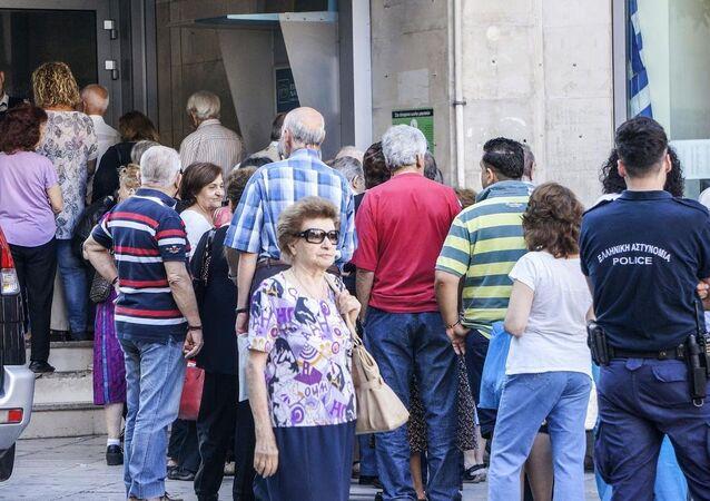 Yunanistan'da emekliler ATM önünde kuyrukta