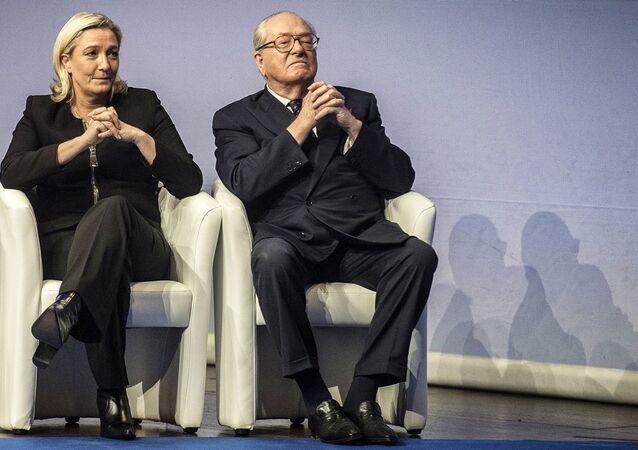 Fransa'da aşırı sağcı Ulusal Cephe'nin (FN) Onursal Başkanı Jean-Marie Le Pen- kızı Marine Le Pen