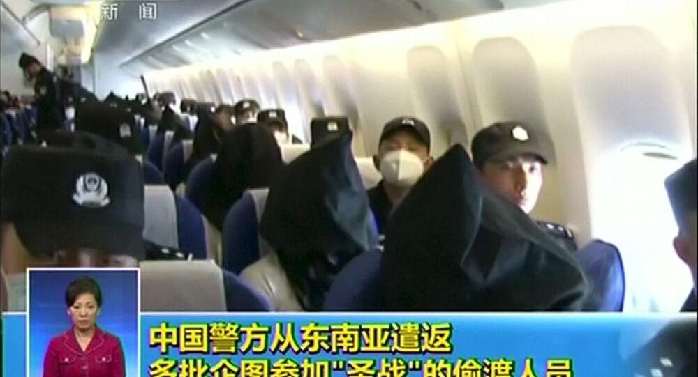 Uygur Türklerinin uçakla götürülmesi sırasında çekilen video ve fotoğrafları basına dağıtıldı.