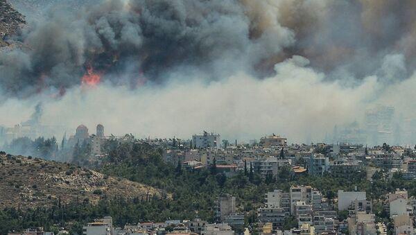 Yunanistan'ın farklı bölgelerde aynı anda başlayan yangının kundaklama sebebiyle çıktığı tahmin ediliyor. - Sputnik Türkiye