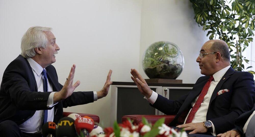 Ramazan Bayramı dolayısıyla siyasi partiler arası bayramlaşmalar kapsamında, CHP Genel Başkan Yardımcısı Murat Özçelik (solda) başkanlığındaki heyet, MHP Genel Başkan Yardımcısı Mevlüt Karakaya (sağda) başkanlığındaki heyeti ağırladı.