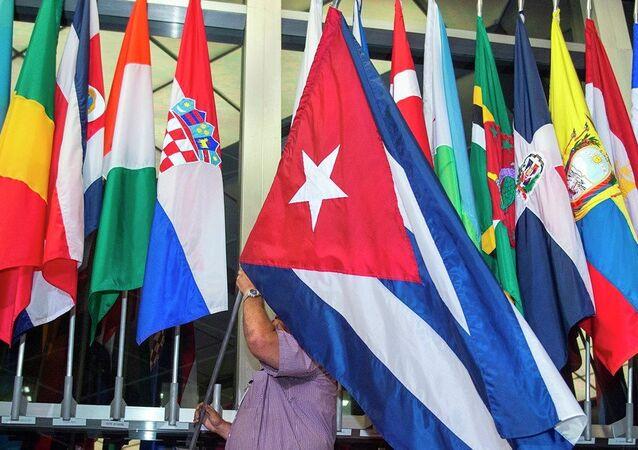Öte yandan Büyükelçilik'in açılışından önce, ABD Dışişleri Bakanlığı'nın lobisinde asılı bulunan ve ABD ile diplomatik ilişkiler yürütülen ülkelere ait bayrakların arasına Küba bayrağı da yerleştirildi.