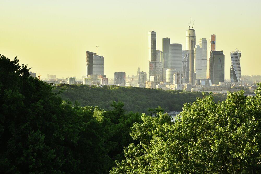 Serçe Tepelerin'den Moskova Uluslararası İş Merkezi manzarası