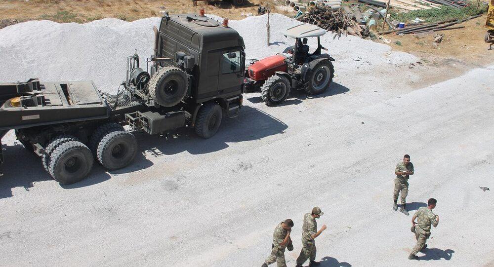 Sınır hattına askeri takviye devam ederken, önemli yerlere tanklar ve obüsler yerleştirildi.