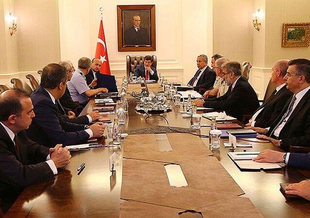 Türkiye Başbakanı Ahmet Davutoğlu başkanlığında Çankaya Köşkü'nde toplantı yapılıyor.