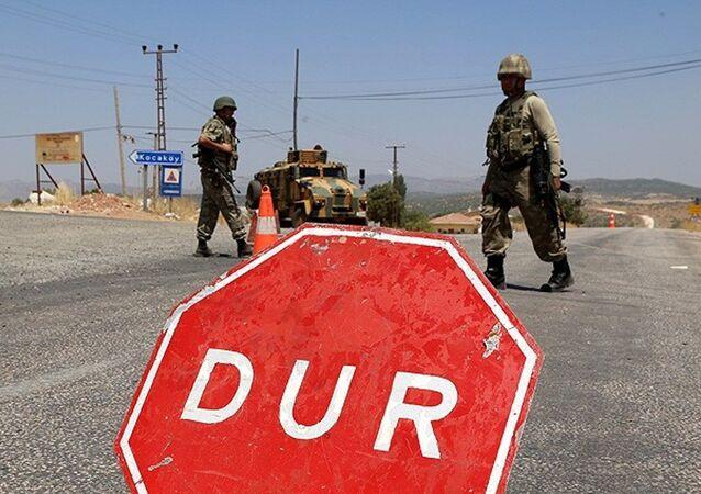 Diyarbakır'ın Lice İlçesi Kayacık mevkiinde geniş güvenlik önlemleri alınırken, Diyarbakır-Bingöl karayolu trafiğe kapatıldı.