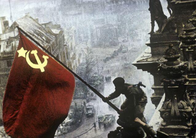 Reichstag'da Sovyetler Birliği bayrağı