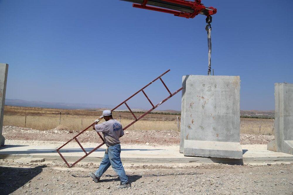Türkiye-Suriye sınırına 3 metrelik beton duvar