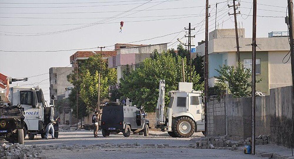 Mardin Nusaybin'de açılan hendekleri kapatan güvenlik güçlerine uzun namlulu silahla ateş açıldığı belirtildi.
