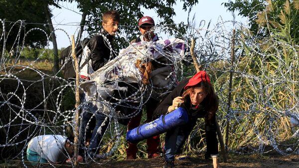 Göçmen geçişini engellemek için Sırbistan sınırına dikenli tel çekmeye devam eden Macaristan ise zirveye katılmadı. Yalnızca dün Sırbistan üzerinden 700'ü çocuk 3 bin 241 kişi ülkeye girerken, bunun Macaristan için rekor bir sayı olduğu belirtildi. - Sputnik Türkiye