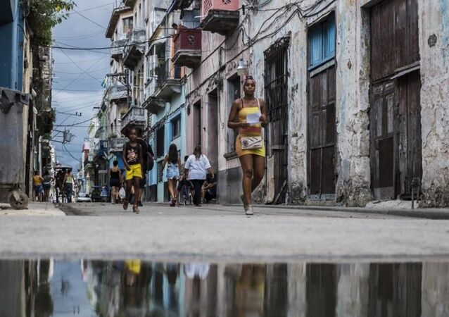 Şehrin korsan saldırılarından korunması için yapılan kale ve surlar, küçük meydanlar, müzeler ve tarihi evleriyle göze çarpan dar sokakları da Eski Havana'nın göze çarpan karakteristik özelliklerini oluşturuyor.