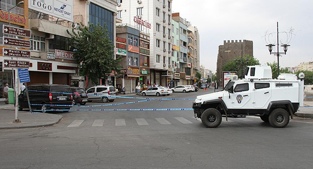 Diyarbakır Valiliği, vatandaşların zarar görmemesi için ikinci bir emre kadar Sur ilçesinde sokağa çıkma yasağı ilan ettiğini açıkladı.