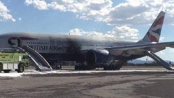 İngiliz Havayolları British Airways'e ait Boeing 777 tipi yolcu uçağı, Las Vegas'ta kalkış sırasında yanmaya başladı. - Sputnik Türkiye