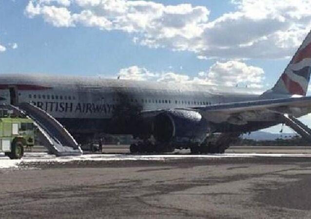 İngiliz Havayolları British Airways'e ait Boeing 777 tipi yolcu uçağı, Las Vegas'ta kalkış sırasında yanmaya başladı.