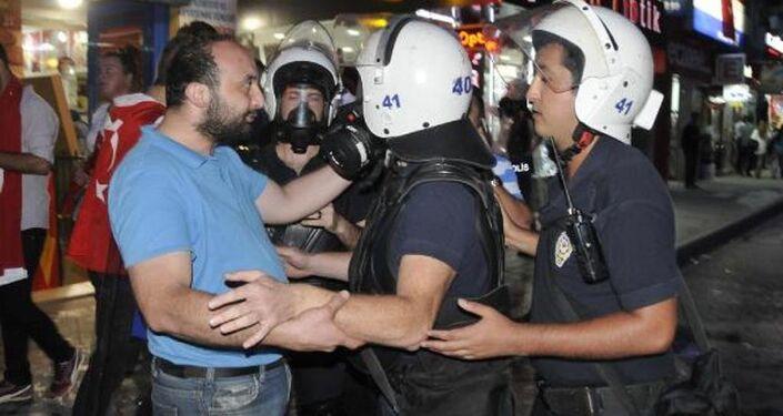 Kocaeli HDP binasına yürüyen gruba polis müdahale etti.