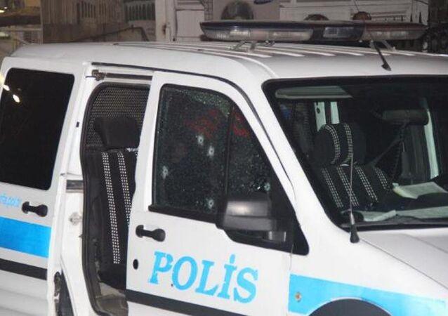 Aracın kırılan cam parçalarının üzerlerine sıçraması sonucu 2 polis yaralandı.