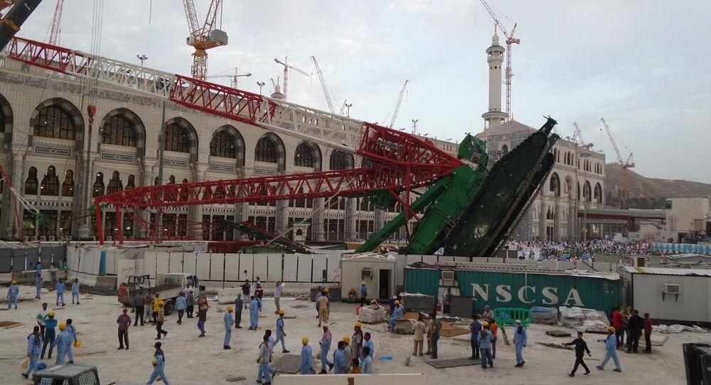 Suudi Arabistan'ın Mekke kentinde etkili olan fırtına nedeniyle Kabe'de bir vincin devrildiği alanda günün ilk ışıklarıyla kazanın izleri ortaya çıktı.