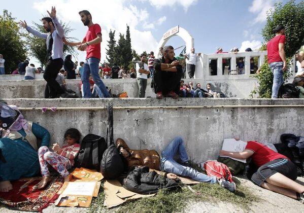 Otogarda bekleyen sığınmacılar - Sputnik Türkiye