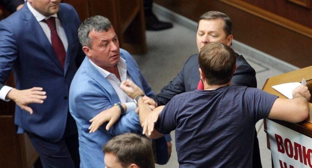 Ukrayna parlamentosunda Radikal Parti lideri Oleg Lyaşko (sağ) ile bazı milletvekilleri arasında kavga çıktı.