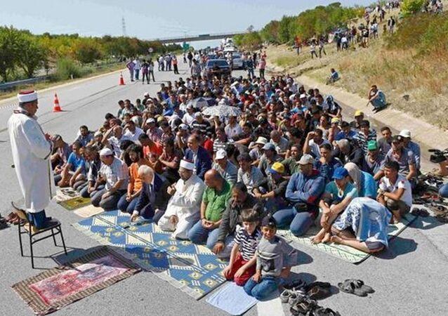 Edirne Valisi Şahin Suriyeli mültecilerle TEM'de namaz kıldı