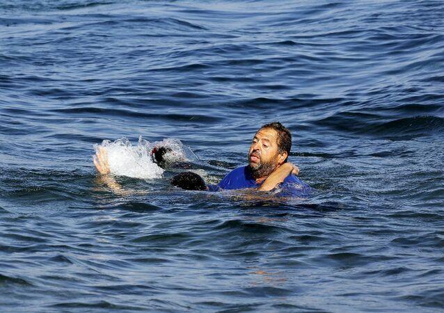 Bu arada Yunanistan'ın Midilli adasına göçmen akını devam ediyor. Nitekim Türkiye'nin Ege sahillerinden denize açılan bir bottaki Afgan göçmenler çarpıcı kareler sunuyor. Karaya yaklaşırken bir an önce kıyıya çıkmak için can yeleğini dahi giymeden denize atlayan Afgan göçmeni, bir Yunan vatandaşı tarafından kurtarıldı.