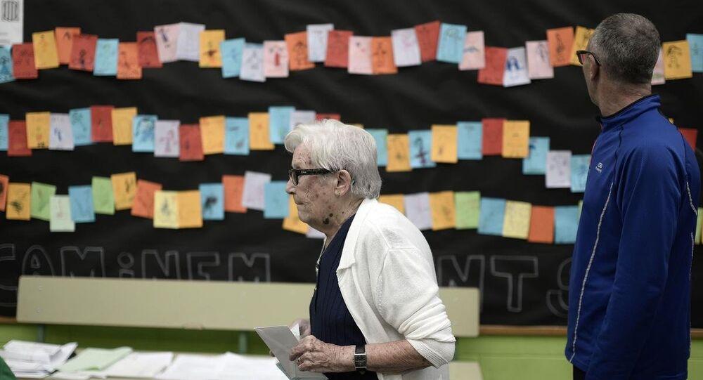 İspanya'nın doğusundaki Katalonya özerk yönetiminde 5.5 milyon seçmen, parlamento seçimi için sandık başına gitti.