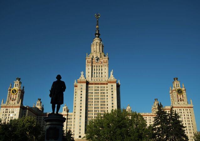 Moskova Devlet Üniversitesi ve Mihail Lomonosov'un anıtı.