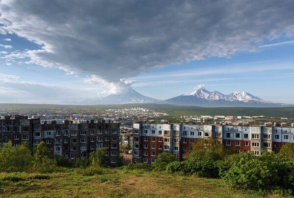 Petropavlovsk-Kamçatski'de Korayakski ve Avaçinski yanardağları. - Sputnik Türkiye