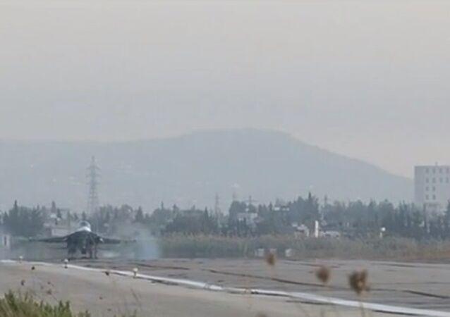 Russia Today (RT) Rusya'nın Suriye'deki terörist grupların kontrolündeki alanlara düzenlediği hava saldırıları için kullandığı Lazkiye'deki Hmeimim hava üssünden ilk görüntüleri yayınladı.
