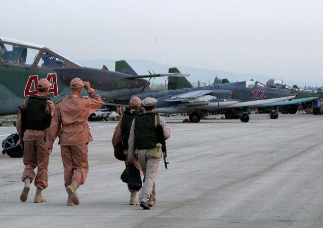 Rus jetlerinin konuşlandırıldığı Suriye'nin Lazkiye kentindeki Hmeimim Hava Üssü'nde görev alan teknik personel / Fotojet