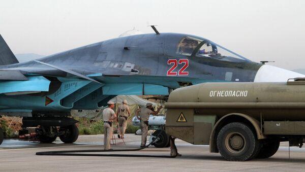 Teknik personel Lazkiye'deki Hmeimim Hava Üssü'ndeki Rus Su-34 jetlerinin kontrolünü yapıyor / Fotojet - Sputnik Türkiye