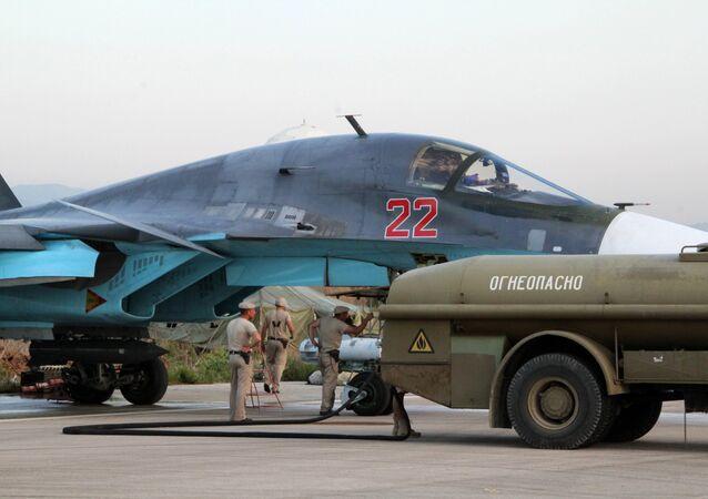 Teknik personel Lazkiye'deki Hmeimim Hava Üssü'ndeki Rus Su-34 jetlerinin kontrolünü yapıyor / Fotojet
