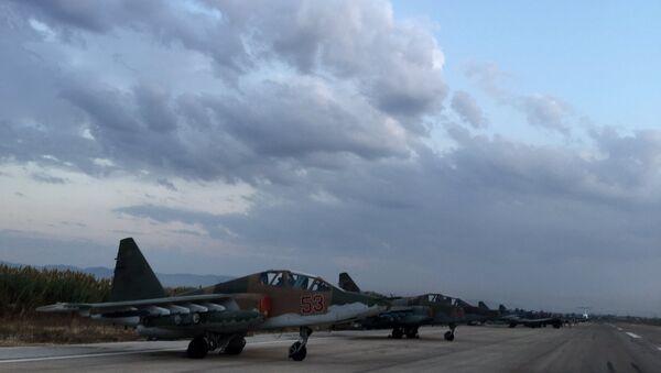 Lazkiye'deki Hmeimim Hava Üssü'ndeki Rus Su-25 jetleri / Fotojet - Sputnik Türkiye