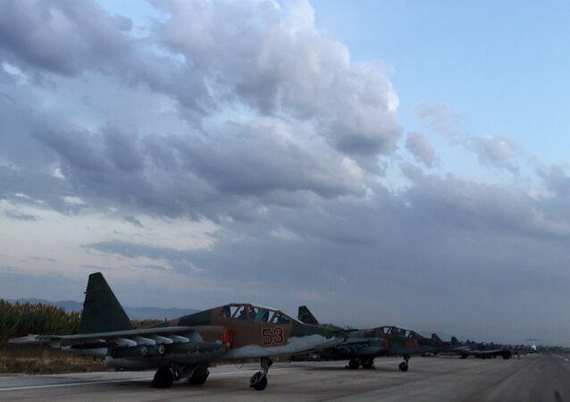 Lazkiye'deki Hmeimim Hava Üssü'ndeki Rus Su-25 jetleri / Fotojet