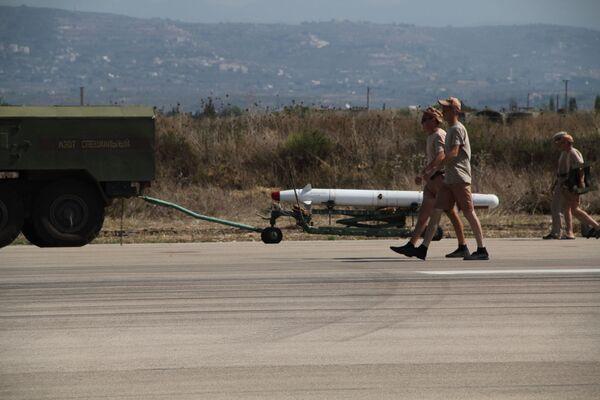 Lazkiye'deki Hmeimim hava üssündeki X-25 füzesi - Sputnik Türkiye