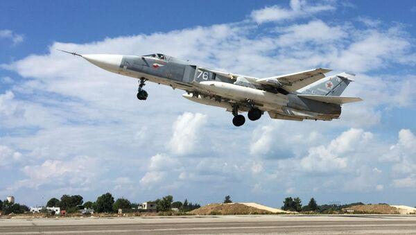 Suriye - Lazkiye'deki Hmeimim Hava Üssü'ndeki Rus Su-34 jeti / Fotojet - Sputnik Türkiye