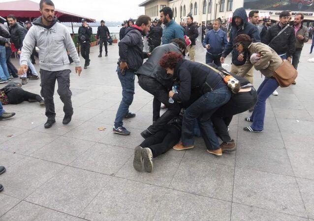 Kadıköy'de Ankara saldırısını protesto etmek isteyenlere polis engeli