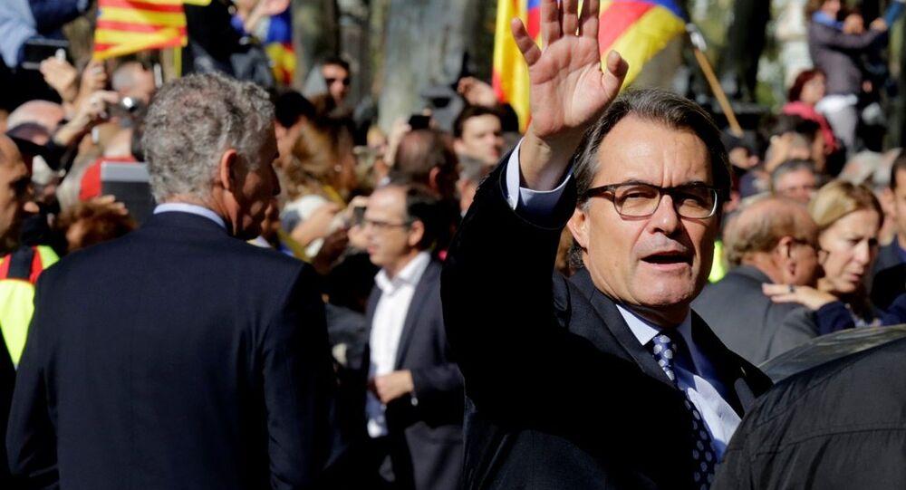 Katalonya Yönetimi Başkanı Arthur Mas, bağımsızlık referandumu nedeniyle ifade verdiği mahkeme çıkışında
